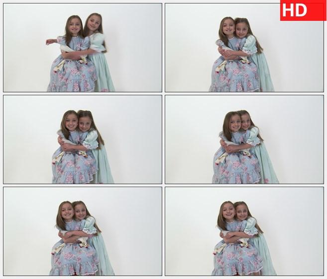 ZY1523八岁的双胞胎女孩穿着裙子拥抱和微笑高清实拍视频素材
