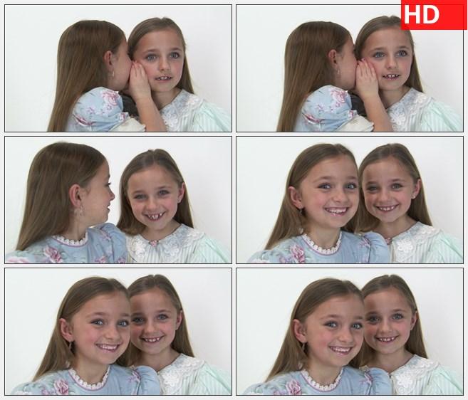 ZY1527八岁的双胞胎女孩说耳语悄悄话然后看向照相机微笑高清实拍视频素材