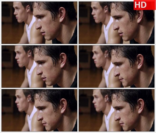 ZY1657两汗流浃背的篮球运动员坐着休息4高清实拍视频素材