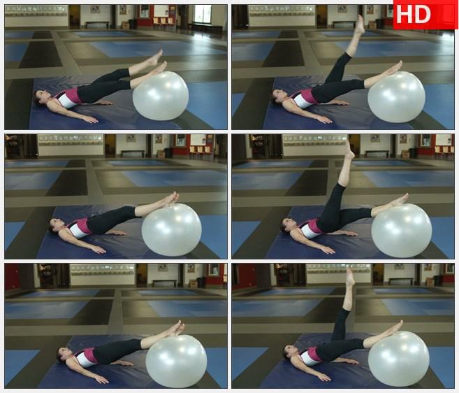 ZY1665女人躺在地上借助运动球做抬腿运动高清实拍视频素材