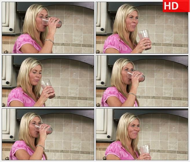 ZY1667女人笑着享受一杯水果奶昔高清实拍视频素材
